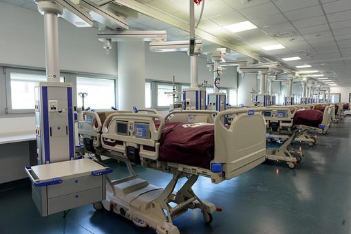 La terapia intensiva in allestimento all'interno del nuovo ospedale (foto Barbara Guazzone)