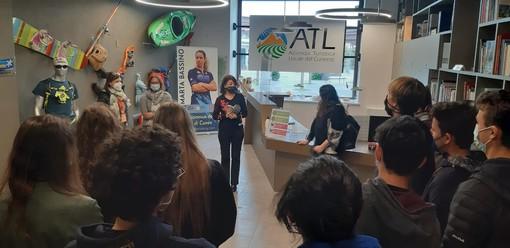 La classe del Liceo Pellico-Peano di Cuneo con l'insegnante e la guida turistica Laura Marino, il Direttore dell'ATL del Cuneese Daniela Salvestrin e Daniela Alberto del Consorzio Conitours