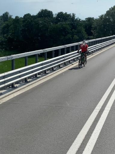 Bici sul raccordo autostradale a Fossano, la segnalazione di un nostro lettore