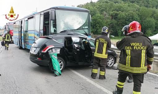 Auto contro pullman a Caraglio: una persona incastrata nella macchina