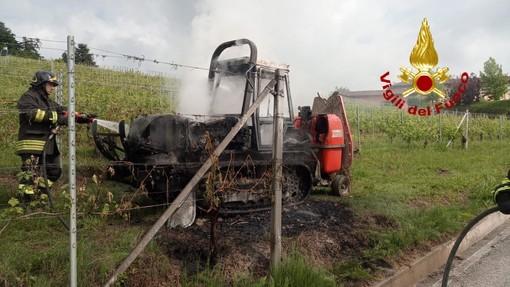Alba, mezzo agricolo a fuoco nel vigneto della scuola enologica (FOTO)