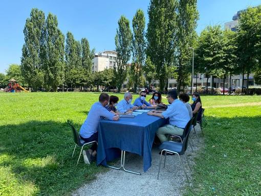 La Giunta di Saluzzo si riunisce nel parco di Villa Aliberti, dove da giorni bivaccano i migranti della frutta senzatetto