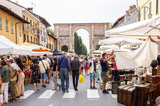 A Cherasco torna il mercato dell'antiquariato nel centro storico