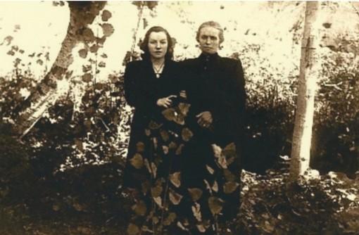 Anna Maria e la mamma di Attilio Martinetto sul luogo della fucilazione. A destra, la croce incisa dal figlio come ultimo desiderio prima della micidiale scarica del plotone d'esecuzione.