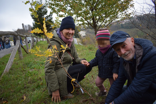 All'asilo nel bosco di Serravalle Langhe la tradizionale castagnata e la festa dei nonni