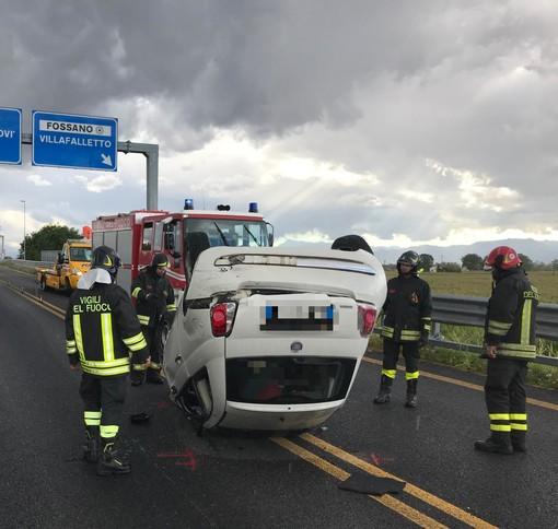 Scontro tra due auto sulla tangenziale di Fossano, strada bloccata