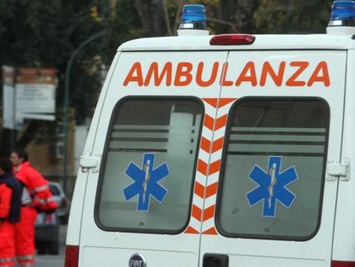 Scontro tra tre auto a Savigliano, due vetture prendono fuoco: tre feriti, uno è grave