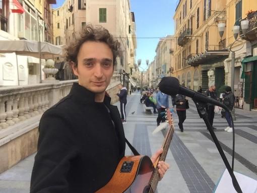 """Il musicista cuneese Andi Lios nuovamente """"invitato"""" ad andarsene durante un'esibizione a Sanremo: lanciata petizione per modificare il regolamento in città"""