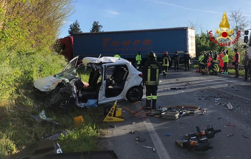 Scontro tra una vettura e un mezzo pesante a Fossano, grave una ragazza di 18 anni