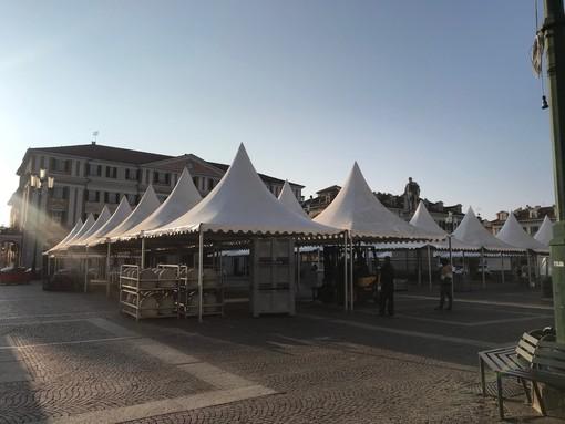 Dopo un anno di stop, a Cuneo torna la Fiera del Marrone: in piazza Galimberti al via l'allestimento