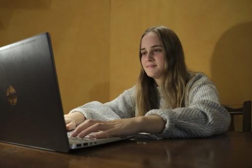 """La studentessa saviglianese Anna Olivero racconta la DAD: """"Ci aiuta a essere più organizzati, ma mi manca il contatto con i miei compagni"""""""