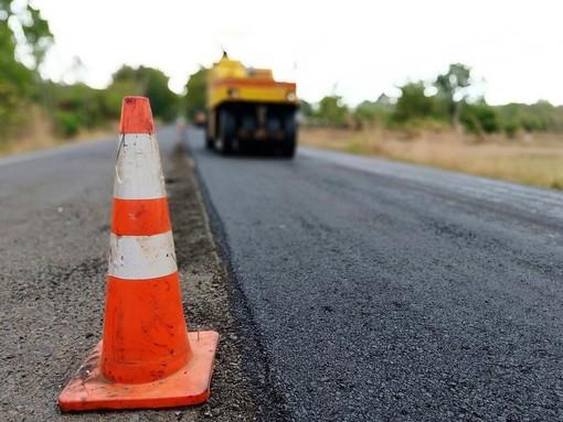 Sulla statale 231 a Monticello d'Alba lavori di ripristino della pavimentazione