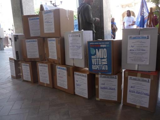 Gli scatoloni pieni di firme che attendono di essere consegnati a Gianna Gancia