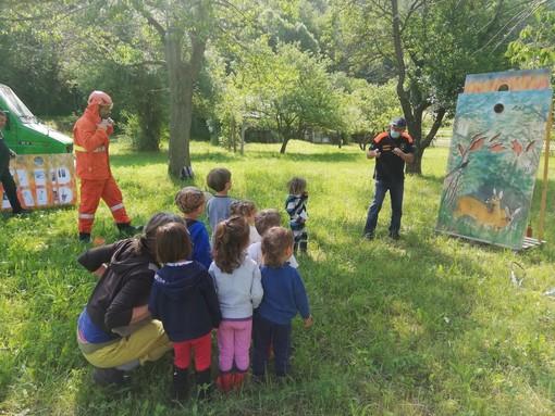 """Lezione con i volontari AIB di Garessio e Chiusa Pesio per i bambini del progetto """"Gemme in libertà"""" di Pianchiosso"""