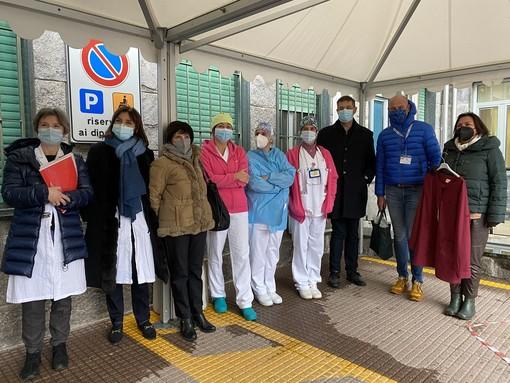 Una divisa per ricordare la scuola e il mondo fuori dall'ospedale: il dono di Abio al reparto pediatria di Cuneo (VIDEO)