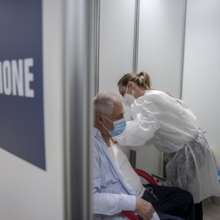 Da oggi accesso libero a 10 hub vaccinali della Granda per le terze dosi agli over 60