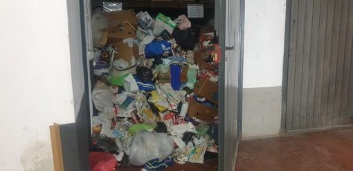 Cuneo, scatole, cibo avariato e bottiglie: l'accumulatore seriale non ripulisce il garage