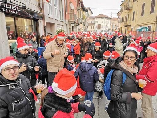 """Oltre 200 Babbi Natale """"a passeggio"""" per la città di Savigliano"""