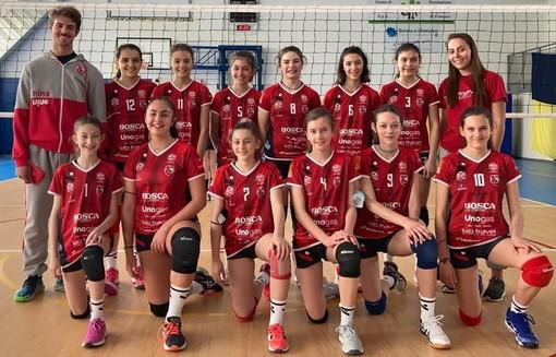 La formazione dell'Under 13 rossa della BOSCA CUNEO GRANDA VOLLEY, con il coach Pietro Violino (credit Ufficio stampa Cuneo Granda Volley)