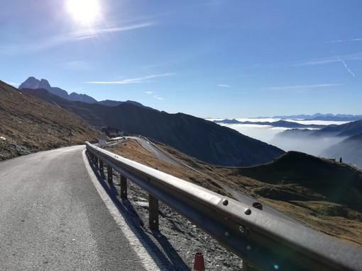 Barriere di protezione lungo il colle dell'Agnello, una delle strade panoramiche più belle della Granda
