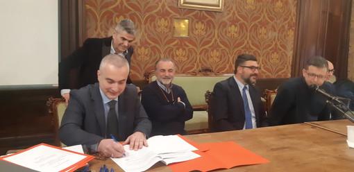 Saluzzo, salone del Tapparelli, la firma dell'accordo di intesa per la sede dei due centri diurni Le Nuvole e San Lazzaro in un'ala del Convento di San Bernardino