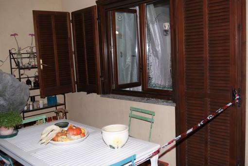 Nel fotoservizio di Francesco Ameglio l'appartamento dove è avvenuto l'omicidio-suicidio, la finestra rotta, le supellettili cadute ed i soccorsi (© Francesco Ameglio)