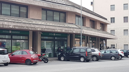 Dopo il caso di contagio da Covid-19 ha riaperto, ma solo su appuntamento, la filiale Intesa Sanpaolo di Borgo San Dalmazzo