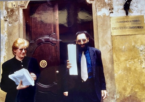 Franco Battiato e Corrado Buffa davanti all'ingresso della Scuola di Alto Perfezionamento di Saluzzo (foto Alberto Gedda)