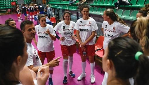 Coach Pistola e alcune atlete della Bosca S.Bernardo Cuneo prima dell'inizio di un'amichevole nel precampionato (credit Danilo Ninotto – La Stampa Cuneo)