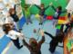 Bambini della scuola impegnati in una lezione di yoga