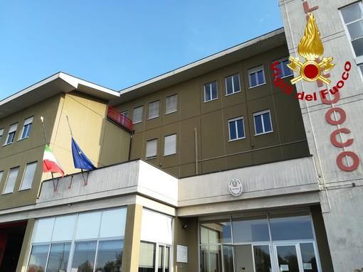 Le bandiere a mezz'asta nella caserma sede del comando provinciale