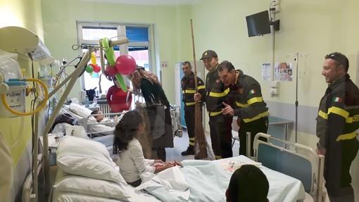 Vigili del fuoco dai bambini dei reparti di Pediatria di Cuneo e Savigliano per portare doni e caramelle