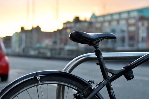 Fino a 20 euro al mese per andare al lavoro in bici: il Comune di Cuneo paga chi sceglie la mobilità sostenibile