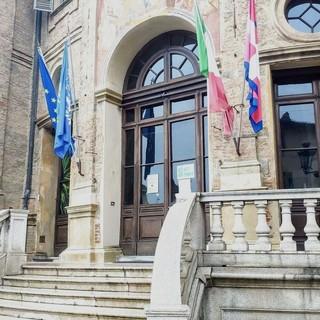 Bra, Giornata delle Nazioni Unite: bandiera ONU sulla facciata del Municipio