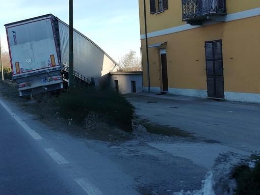Camion finisce fuori strada e resta in bilico sulla riva: è successo stanotte all'uscita di Cuneo