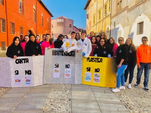 """classe IC del Denina Pellico Rivoira di Saluzzo, vincitrice del concorso del Concorso Sea dal titolo """"Ciak: differenzia e comPOSTA!"""","""