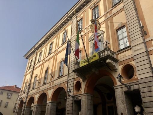 Le bandiere a mezz'asta davanti al comune di Cuneo