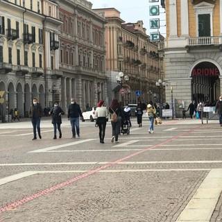 Cuneo, il sabato arancione inizia a richiamare i cittadini in strada (Foto)