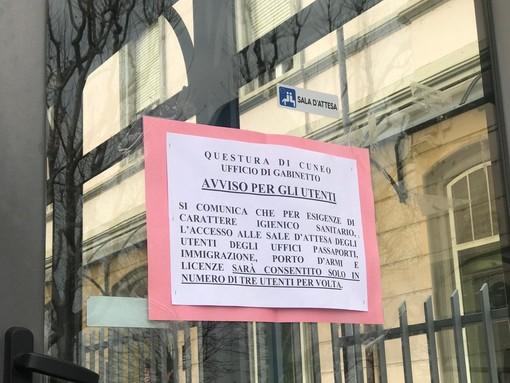 Tre persone alla volta, disinfettante per mani e finestre spalancate ogni 15 minuti: le disposizioni in atto negli uffici della Questura di Cuneo