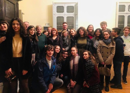 Foto di gruppo col maestro, per gli studenti del liceo braidese