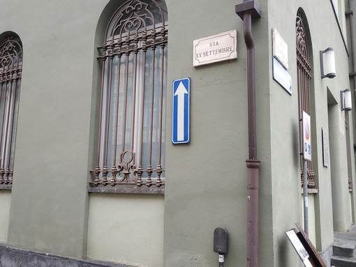 Cuneo: il cartello all'imboccatura di Largo Barale torna... a guardare in alto!