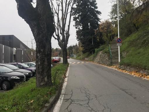 Cuneo, carabinieri in via Porta Mondovì per il lancio di oggetti contro un'auto