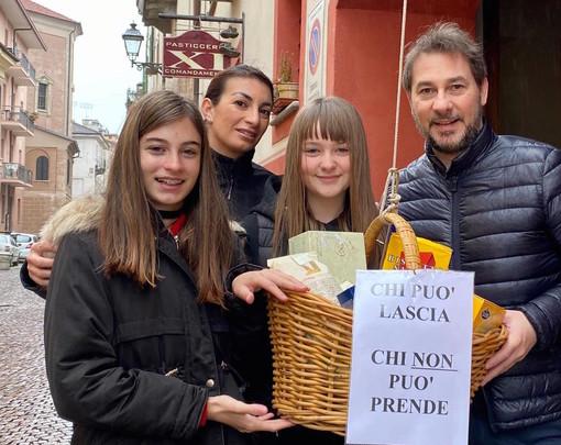 """""""Chi può lascia, chi non può prende"""": spunta il cestino della solidarietà nel centro di Cuneo"""
