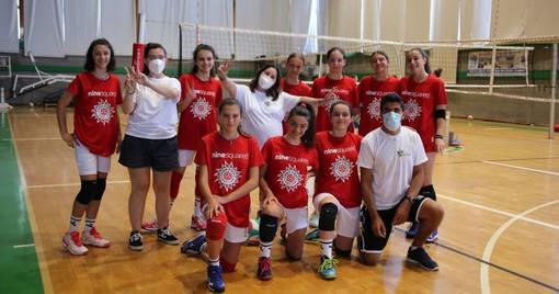 Alcuni dei ragazzi della Cooperativa Onlus Il Faggio con una rappresentanza dei partecipanti al Summer Camp della Granda Volley Academy a Loano (credit ufficio stampa CGV)