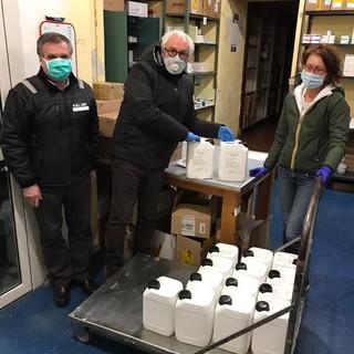 Saluzzo: a sinistra Marco Prato responsabile degli approvvigionamenti dell'ospedale, al centro il presidente Rotary Luigi Musacchio,e a destra la farmacista Lucia Bagnasco