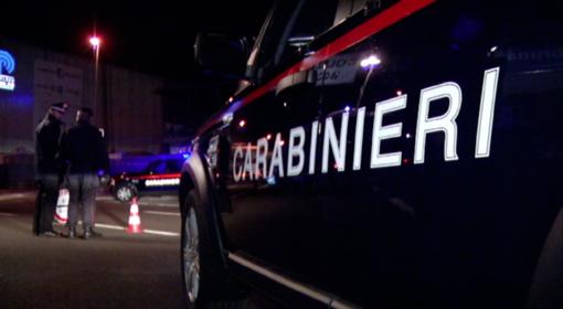 Minaccia la compagna e aggredisce i carabinieri, chiamati da un vicino di casa: ai domiciliari 51enne di Cartignano