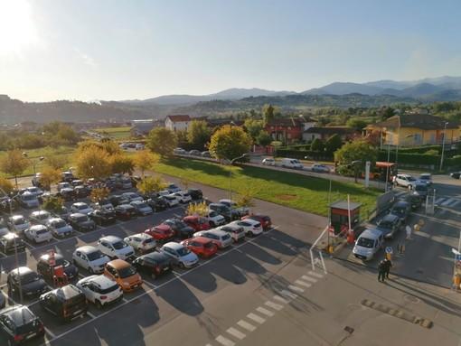 Tampone senza scendere dall'auto: lunghe code all'ospedale di Mondovì, interviene la Municipale
