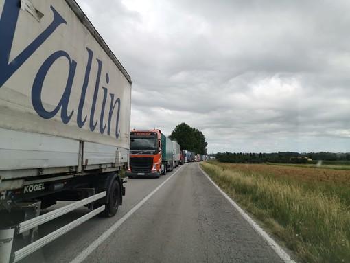 Lunghe code sulla Sp 7 tra Pollenzo e Cherasco per lavori di asfaltatura (VIDEO)