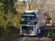 Svuotato il camion ancora bloccato sulla collina di Manta dopo una settimana: tir fermo in paese, ma liberato (VIDEO)