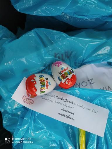 La consulta giovanile di Cuneo continua la consegna dei libri e aggiunge un ovetto Kinder in vista della Pasqua